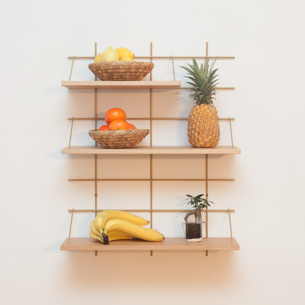 étagère Gassien Paris config 4 Nora 1 base laiton 3 planches chêne massif moyenne profondeur 20cm vue de face fruits cuisine